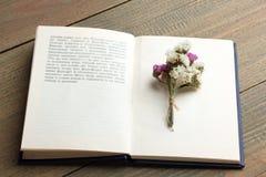Boek en droge bloemen Royalty-vrije Stock Afbeeldingen