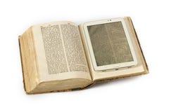 Boek en ebook lezer Royalty-vrije Stock Foto