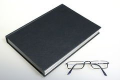 Boek en glazen Royalty-vrije Stock Foto