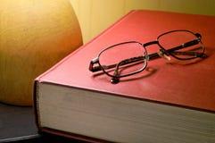 Boek en glazen Royalty-vrije Stock Afbeelding