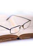 Boek en glazen 5 stock foto