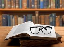 Boek en glazen Stock Foto