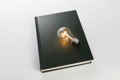 Boek en gloeilamp royalty-vrije stock afbeeldingen