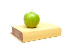 Boek en groene appel Royalty-vrije Stock Afbeeldingen