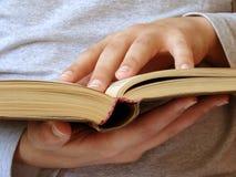 Boek en handen Royalty-vrije Stock Foto's