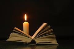 Boek en kaars Royalty-vrije Stock Foto's