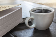 Boek en koffie royalty-vrije stock afbeelding