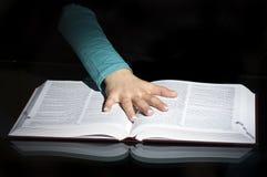 Boek en open hand Stock Afbeelding
