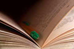 Boek en potlood Stock Foto's
