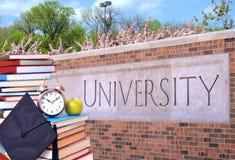Boek en universiteit stock fotografie