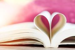 Boek in hartvorm, wijsheid en onderwijsconcept, wereldboek en auteursrechtdag royalty-vrije stock afbeelding