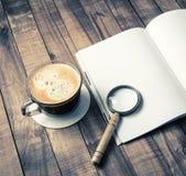 Boek, meer magnifier, koffiekop stock afbeelding