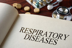 Boek met diagnose ademhalingsziekten en pillen stock afbeeldingen