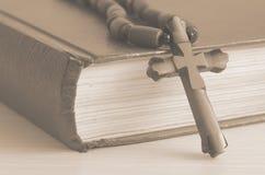 Boek met een kruis Royalty-vrije Stock Fotografie