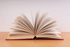 Boek met het draaien van pagina's Stock Afbeeldingen