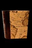 Boek met kaart, geïsoleerdem, zwarte achtergrond Stock Foto's