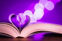 Boek met laag licht en roze bokeh Royalty-vrije Stock Afbeelding