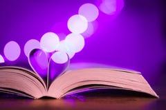 Boek met laag licht en roze bokeh Royalty-vrije Stock Foto's
