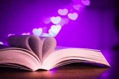 Boek met laag licht en roze bokeh in gevormd hart Royalty-vrije Stock Afbeelding