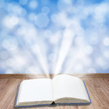 boek met magisch licht Stock Foto