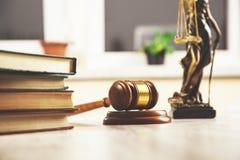 Boek met rechter en rechtvaardigheidsdame stock foto
