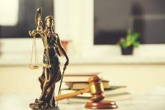 Boek met rechter en rechtvaardigheidsdame stock foto's