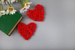 Boek met romantische gedichten, bloemen en twee harten stock fotografie