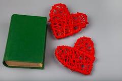 Boek met romantische gedichten en twee harten stock foto's
