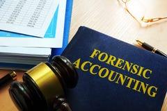 Boek met titel gerechtelijke boekhouding stock afbeeldingen