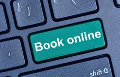 Boek online woorden op toetsenbordknoop Stock Foto