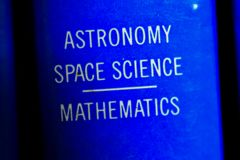 Boek op astronomie stock afbeeldingen