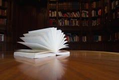 Boek op de lijst met bibliotheek op de achtergrond stock afbeeldingen