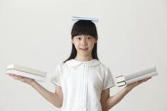 Boek op haar hoofd stock foto's