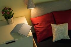 Boek op nightstand Stock Fotografie