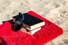 Boek op strand Royalty-vrije Stock Afbeeldingen