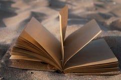 Boek op zand Stock Fotografie