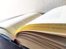Boek open op bureau stock fotografie