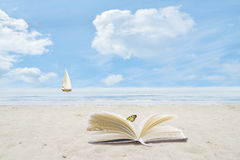 Boek Open op Zandig Strand Royalty-vrije Stock Foto's