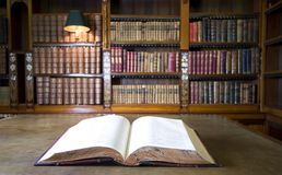 Boek in oude bibliotheek Stock Foto