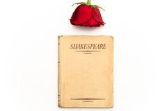 Boek van Shakespeare en rood nam toe Stock Fotografie