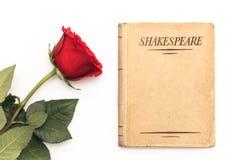 Boek van Shakespeare en rood nam toe Stock Foto