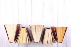 Boekachtergrond Hoogste mening van open boek met harde kaftboeken op houten lijst Onderwijs, literatuur, kennis, terug naar schoo royalty-vrije stock foto's