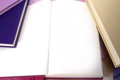 Boekachtergrond met open blanco pagina's voor exemplaar Stock Foto's