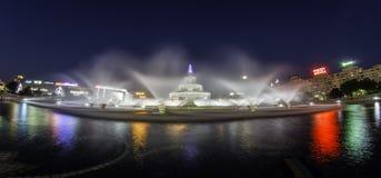 Boekarest, Centrale fontein 's nachts, Piata Unirii Stock Foto
