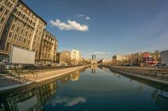 Boekarest, Dambovita-rivier - 27 Maart, 2014: een mening over Dambovi Stock Foto's
