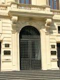Boekarest - de ingang van National Bank van Roemenië stock fotografie