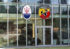 21 Boekarest-juni. Signage op Abarth en Maserati-winkel. Veel Lux Royalty-vrije Stock Afbeelding