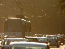 BOEKAREST - JUNI 24: Tramsporen in zwaar verkeer op 24 Juni, 2017 in Boekarest, Roemenië Stock Fotografie