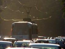 BOEKAREST - JUNI 24: Tramsporen in zwaar verkeer op 24 Juni, 2017 in Boekarest, Roemenië Stock Afbeeldingen