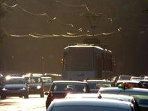 BOEKAREST - JUNI 24: Tramsporen in zwaar verkeer op 24 Juni, 2017 in Boekarest, Roemenië Stock Afbeelding